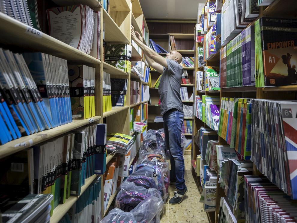Óscar Martín, presidente de los libreros de Zaragoza, en su negocio Librería Siglo XXI