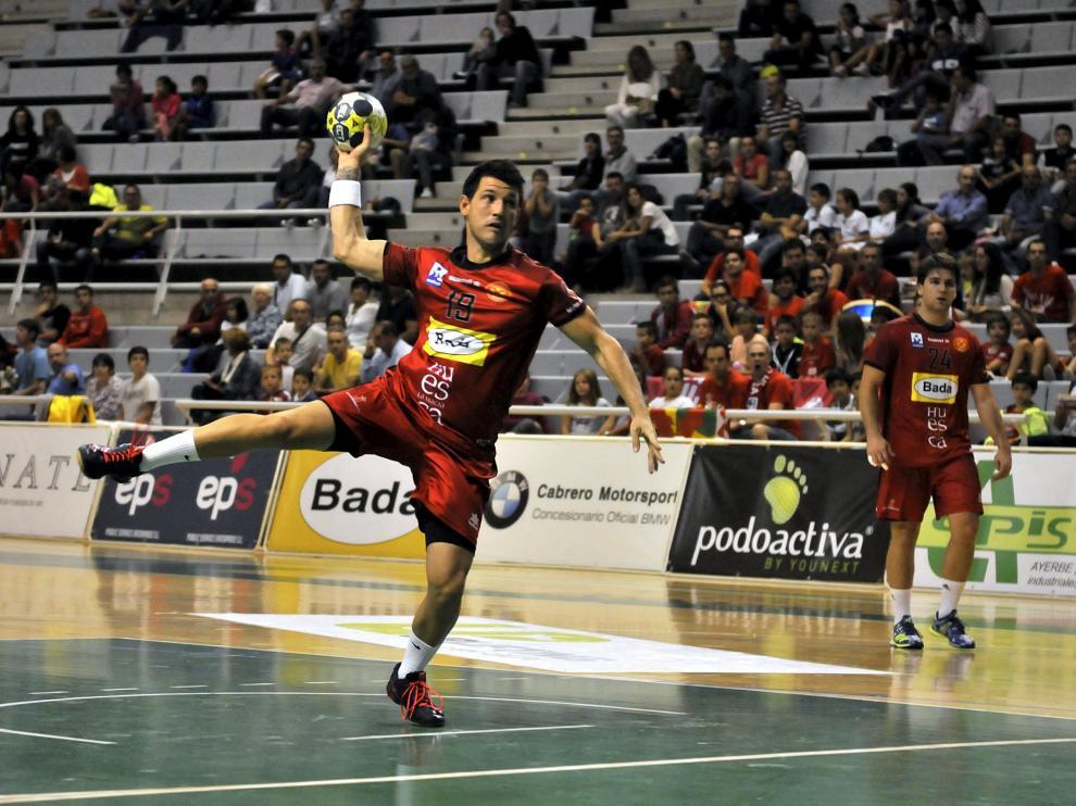 Félez, que jugará por tercera temporada seguida en el Club Balonmano Huesca, durante un partido de la pasada campaña en el Palacio.