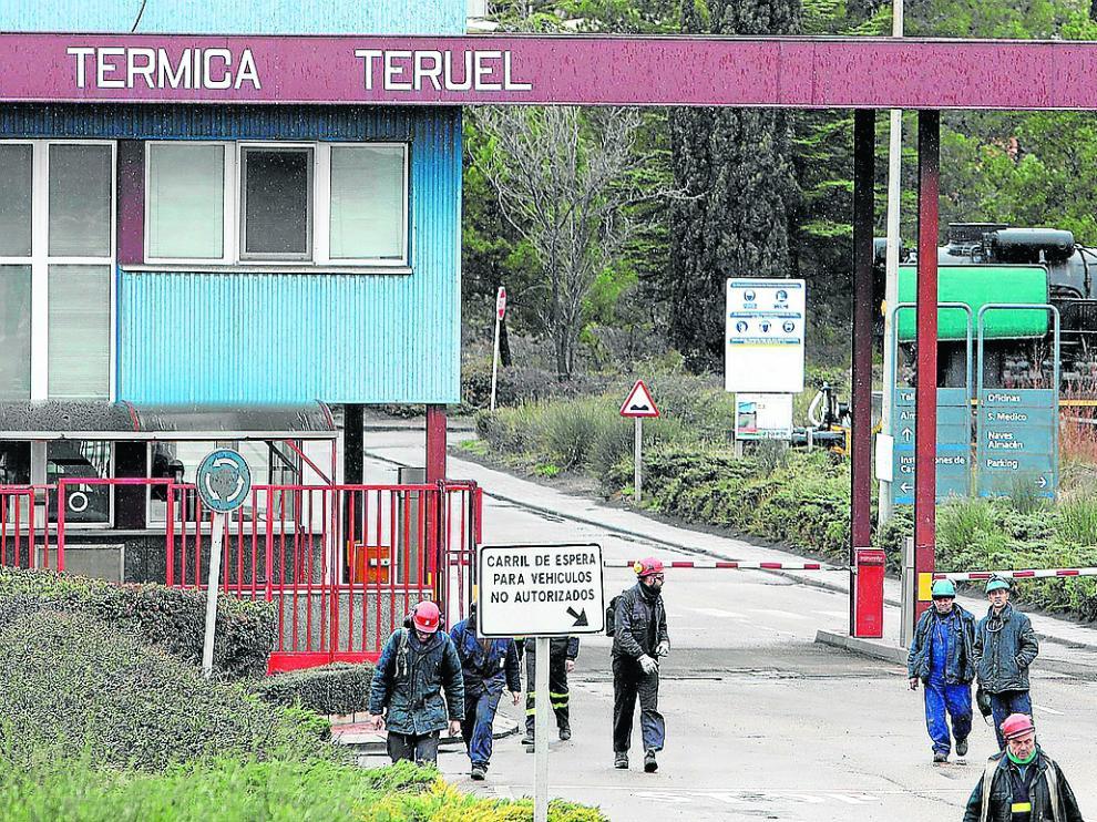 Operarios de la térmica de Andorra saliendo de las instalaciones durante un cambio de turno.