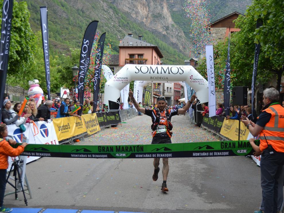 Diego Gómez entra en la línea de meta de Benasque después de completar los 42 kilómetros del Gran Maratón.