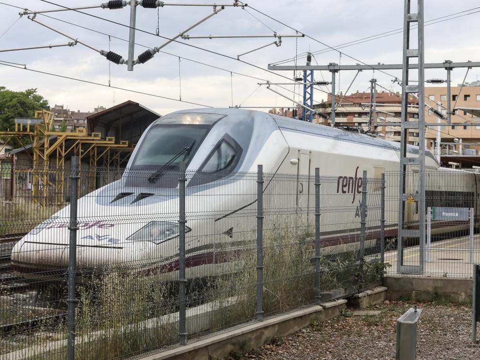 Trenes AVE que se salen varios metros del andén. El andén actual tiene 197 metros frente a los 200 de los trenes AVE, de forma que la cabeza tractora queda fuera. La normativa europea obliga a prolongarlos a 400 metros, lo que supondría duplicar la longitud de la plataforma de la estación intermodal de Huesca.