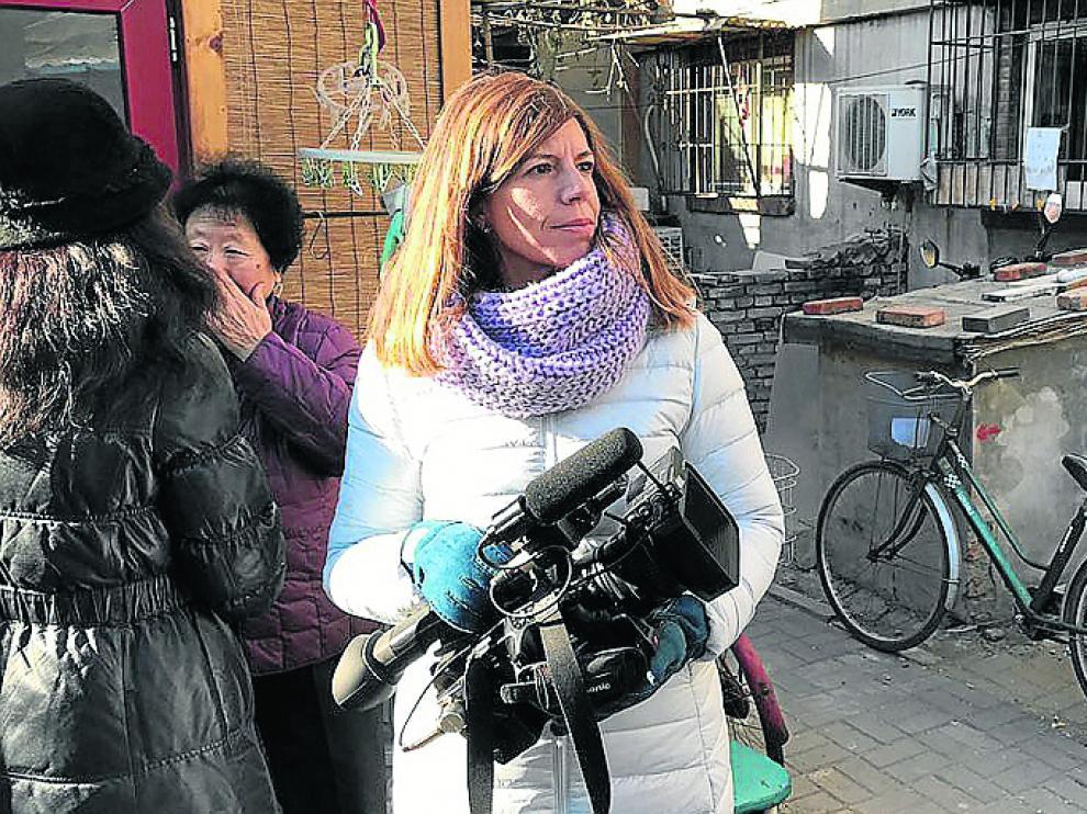 Mavi Doñate, en su trabajo cotidiano como corresponsal en China.