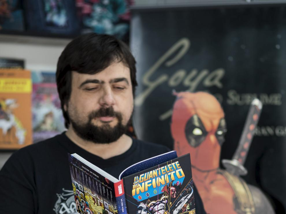 Gonzalo González, de Mil Cómics, lee las aventuras de Marvel.