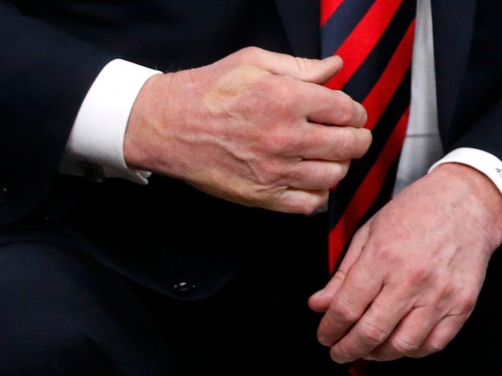 Macrón dejó sus dedos marcados en la mano de Trump.