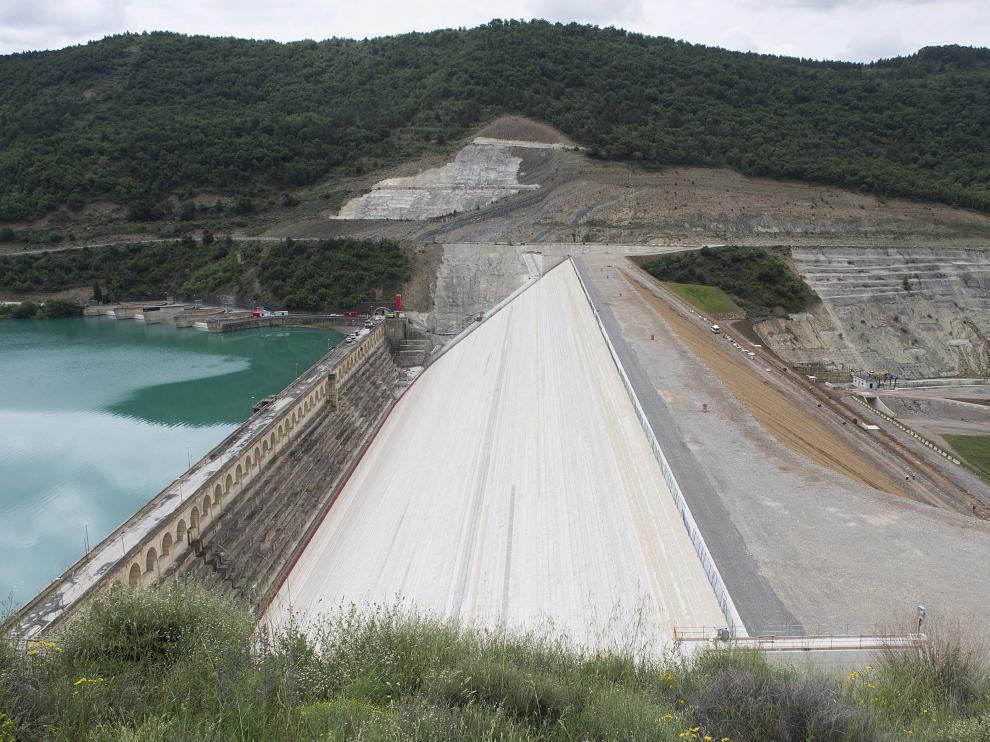 El cuerpo de la nueva presa de Yesa, ya completado, ha alcanzado los 104 metros de altura sobre los cimientos