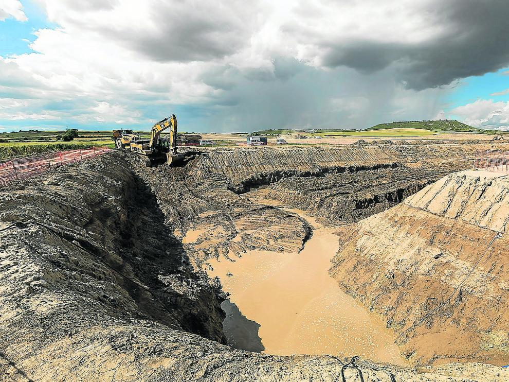 Excavación de la gran zanja donde se enterrarán los desagües de fondo del embalse en Almudévar