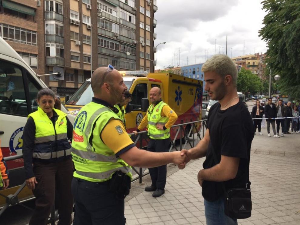 Parte del equipo del Samur de Madrid agradeciendo a Manu, el joven de 19 años que ha salvado la vida de un conductor, su labor.