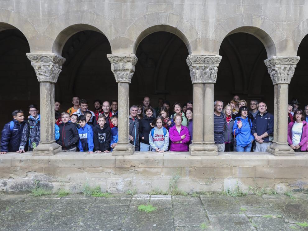 Los participantes, en los claustros de la iglesia de San Pedro el Viejo, de donde ha partido la andada