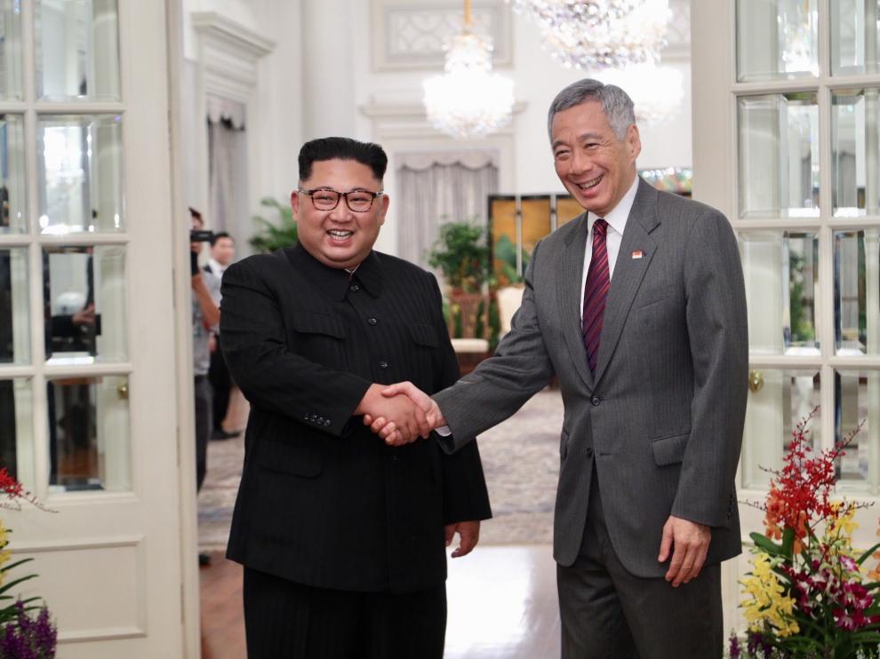 Kim Jong-Un, a su llegada a Singapur con el ministro de Información del país