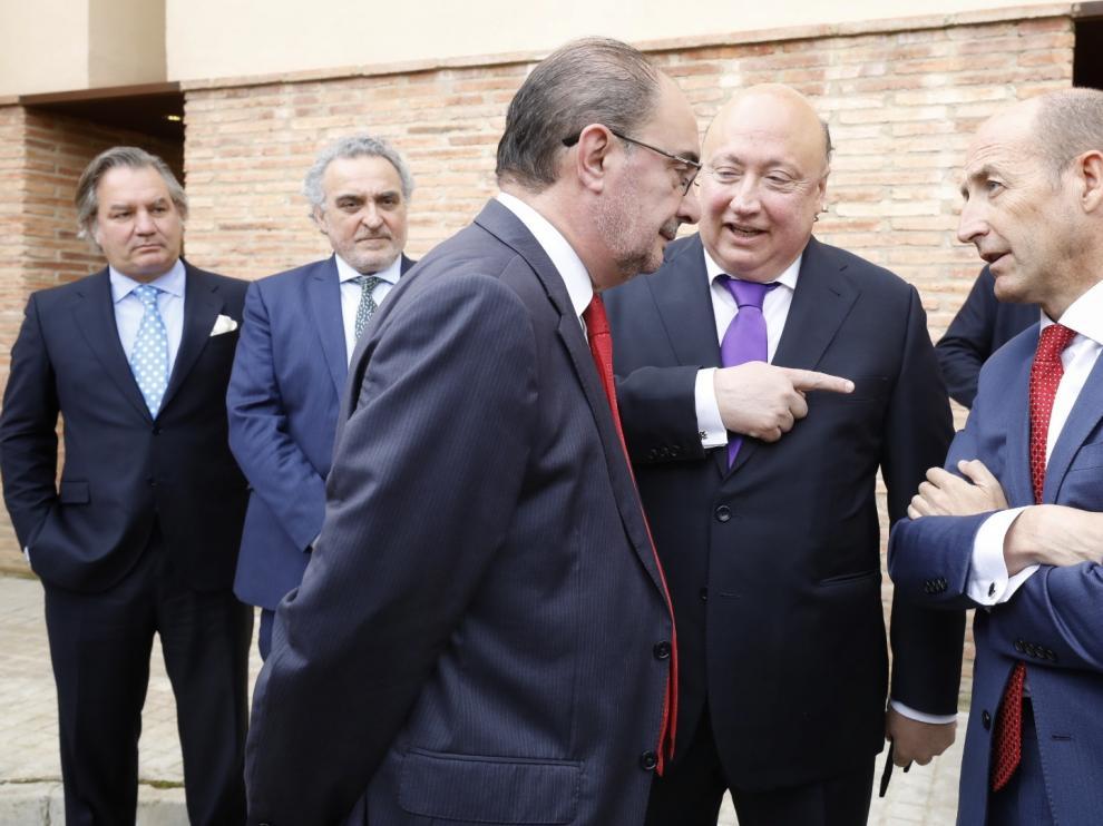 El presidente de Forestalia, Fernando Samper (centro), junto al presidente aragonés, Javier Lambán, y el máximo responsable de General Electric en España y Portugal, Daniel Carreño, en Azuara, este lunes.
