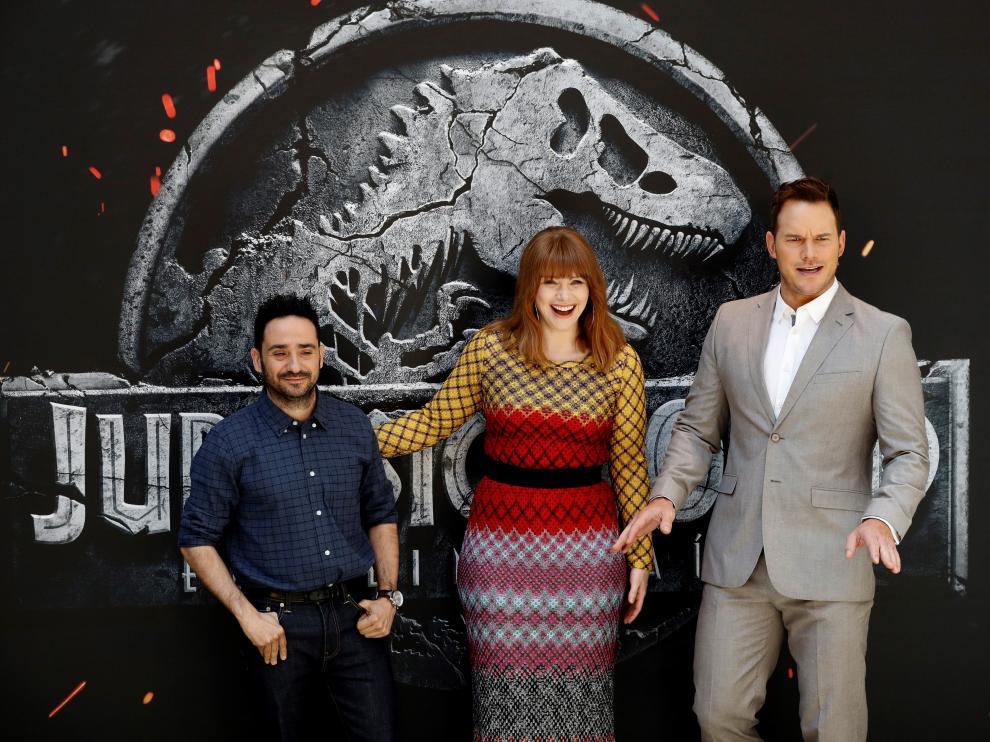 Juan Antonio Bayona, junto a los actores Chris Pratt y Bryce Dallas Howard.
