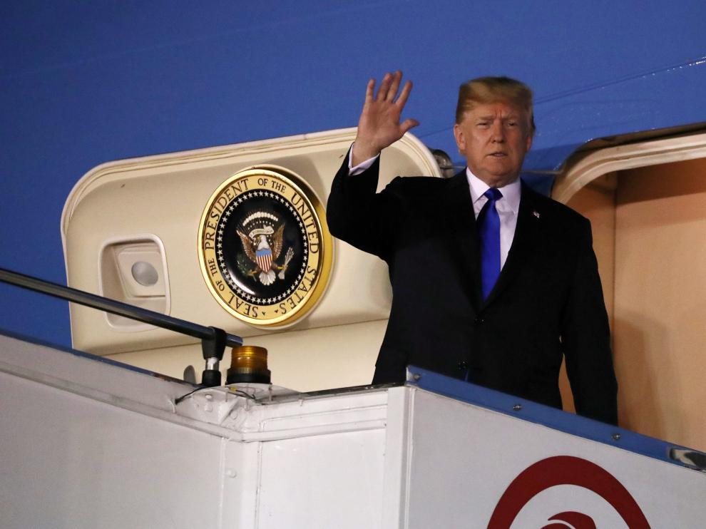 Donald Trump, saludando desde el Air Force One tras aterrizar en Singapur.