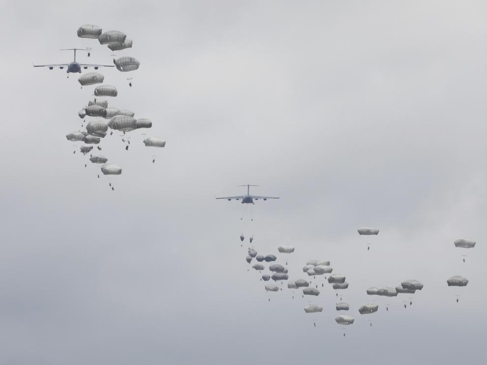 Maniobras de paracaidismo en el campo de San Gregorio.
