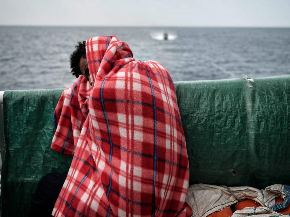 Empieza el traslado de inmigrantes del Aquarius a varias naves para viajar a España
