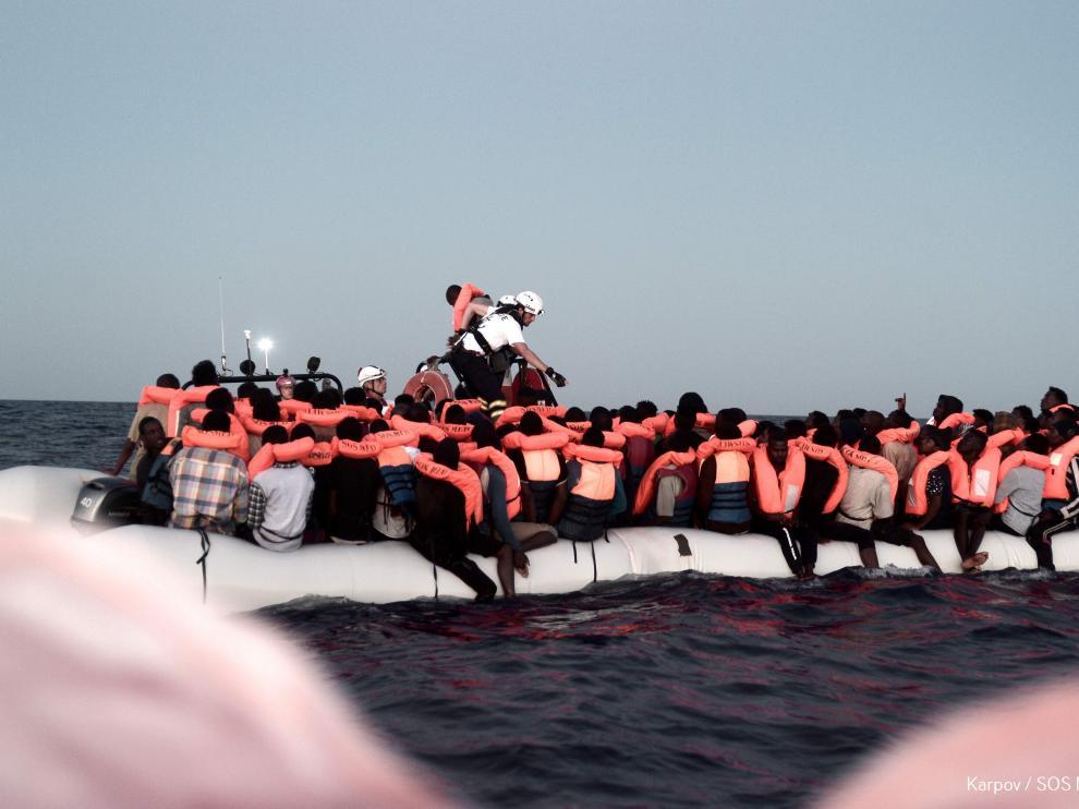 El barco Aquarius, 629 migrantes a bordo y sin un destino fijo