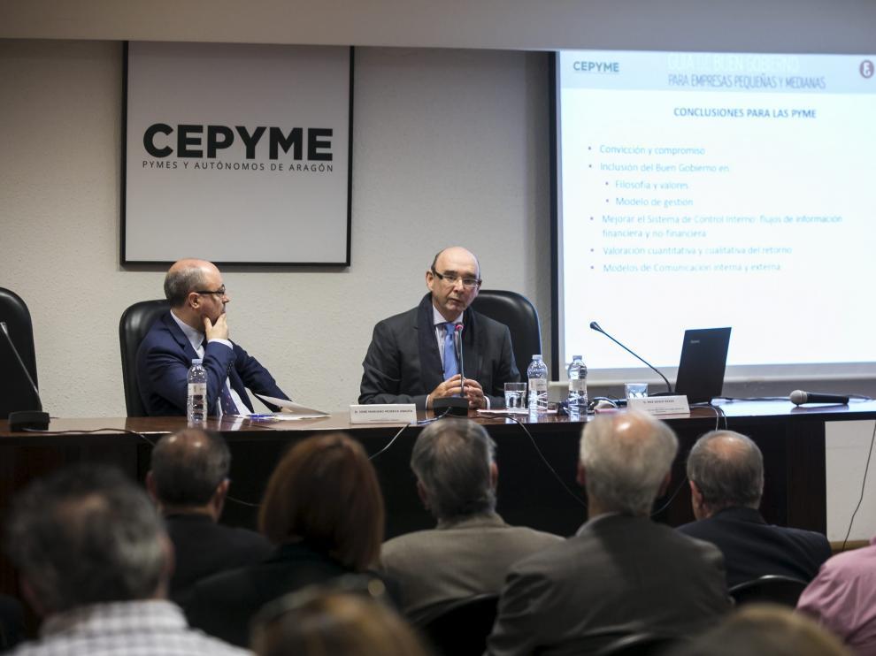 José Mariano Moneva, decano de la Facultad de Economía y Empresa, y Max Gosch, economista y abogado, durante la presentación.