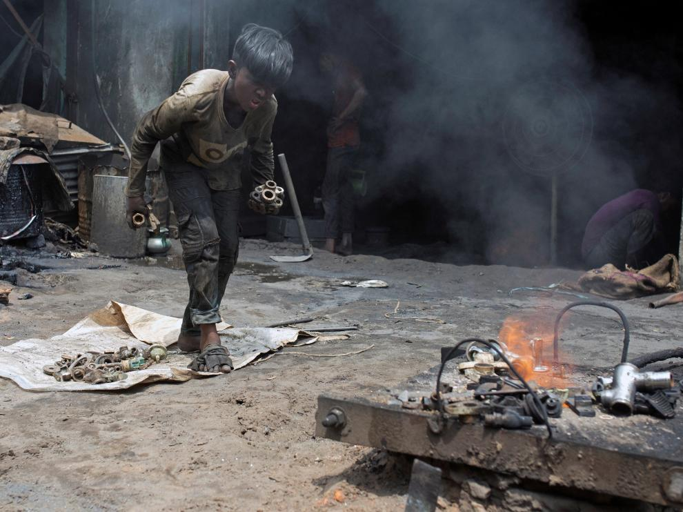 Un niño bangladeshí trabajando en un taller de Dacca.
