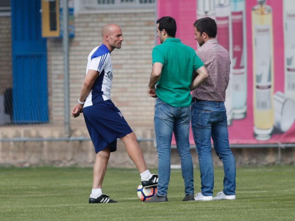 César Láinez, con el secretario técnico, José Mari Barba, y el director deportivo, Lalo Arantegui, el año pasado durante un entrenamiento del primer equipo del Real Zaragoza.