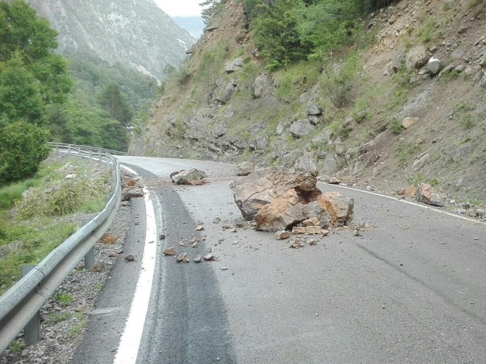 Las rocas desprendidas, algunas de gran tamaño, taponaron parte de la calzada