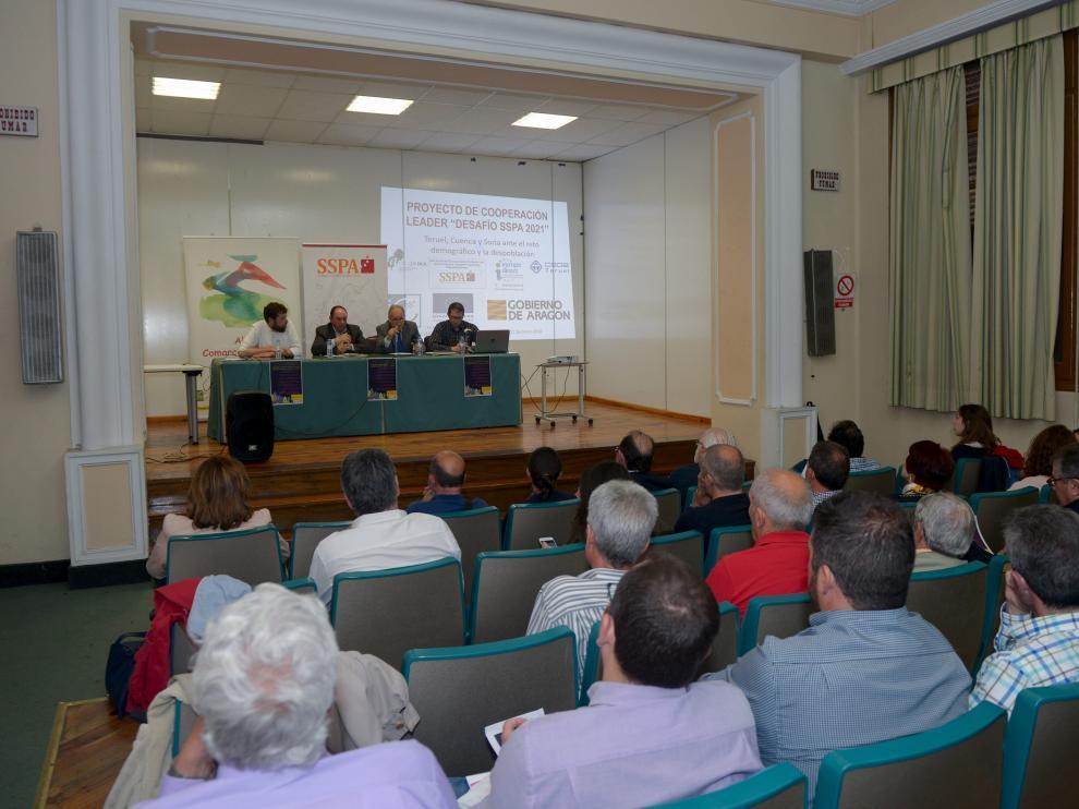 La provincia insiste. Los grupos Leader de la provincia celebraron ayer una asamblea en Teruel para conocer las acciones encaminadas a conseguir financiación contra la despoblación dentro del proyecto SSPA, desarrollado conjuntamente con la CEOE. En la reunión –en la foto– se expuso la exitosa experiencia de crecimiento de Escocia.