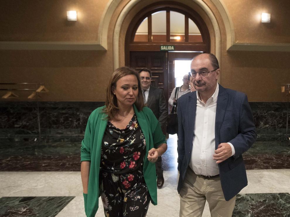 La consejera de Educación, Mayte Pérez, y el presidente de Aragón, Javier Lambán, entrando en la Sala de la Corona para presidir la constitución del Observatorio de la Escuela Rural