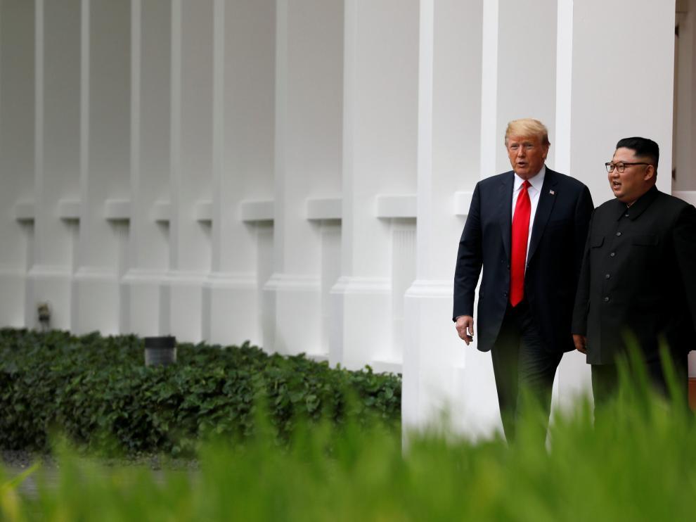 Trump y Kim pasean juntos, este martes en Singapur.