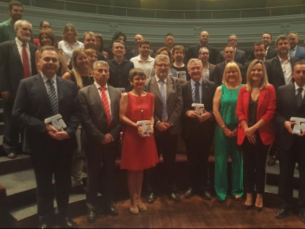 El rector de la Universidad de Zaragoza y la consejera de Investigación con los galardonados (entre ellos el consejero Olona) y finalistas de los premios Triple Hélice.