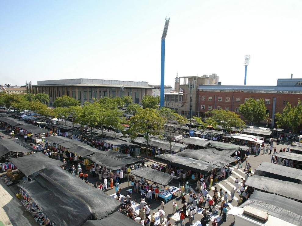 Vista del mercadillos de La Romareda en el año 2004.