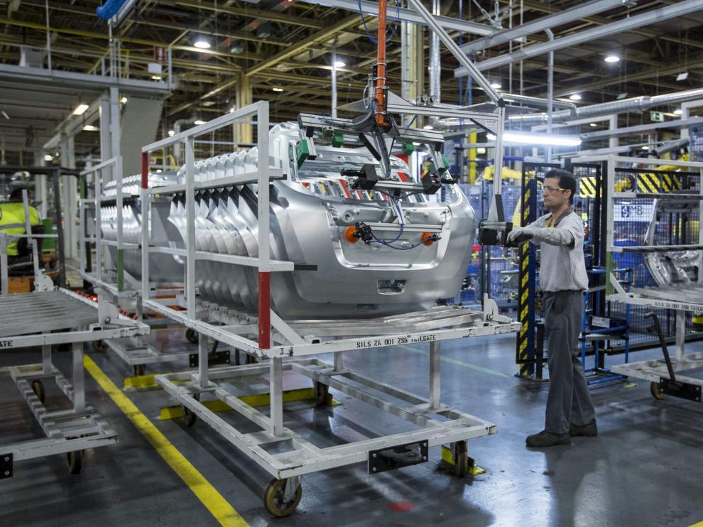 Un operario trabajando en la cadena de montaje de la factoría zaragozana de Opel en Figueruelas