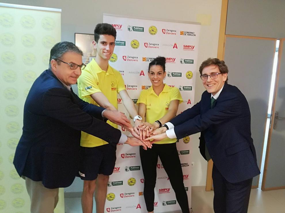 Soriano (DGA), Jimeno (atleta), Acosta (atleta) y Guerras (presidente del Scorpio), hacen una piña de manos durante la presentación