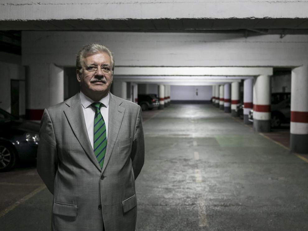 Andrés Martínez Cortés, en el garaje de la comunidad de propietarios de la calle de la Sagrada Familia.