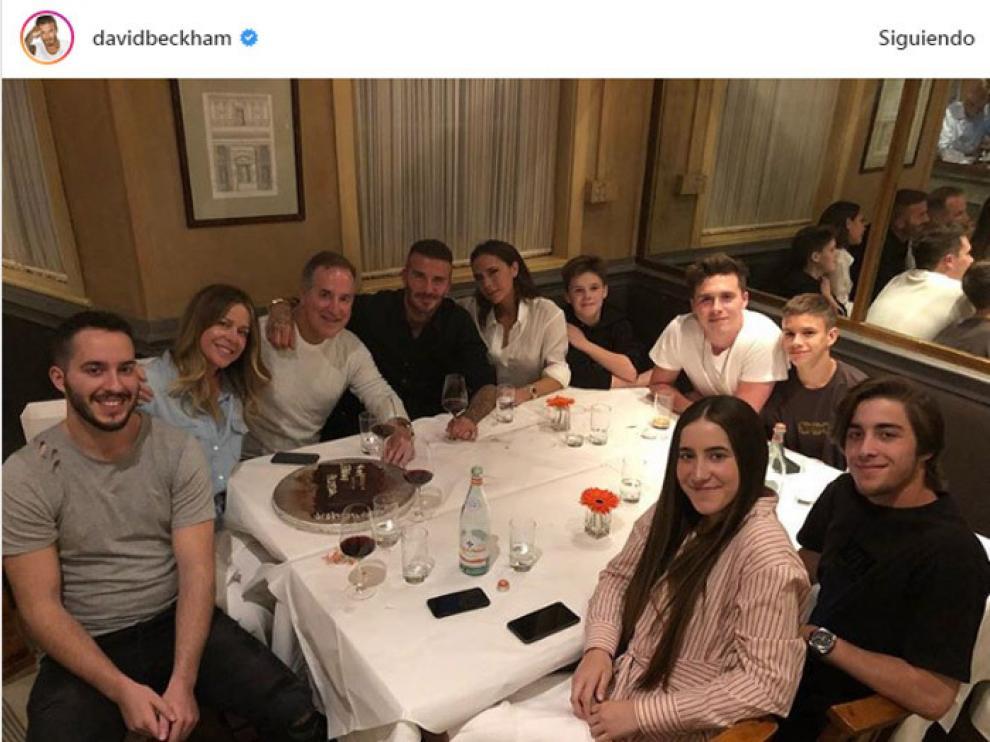 Una imagen de la familia, rodeada de familiares y amigos.