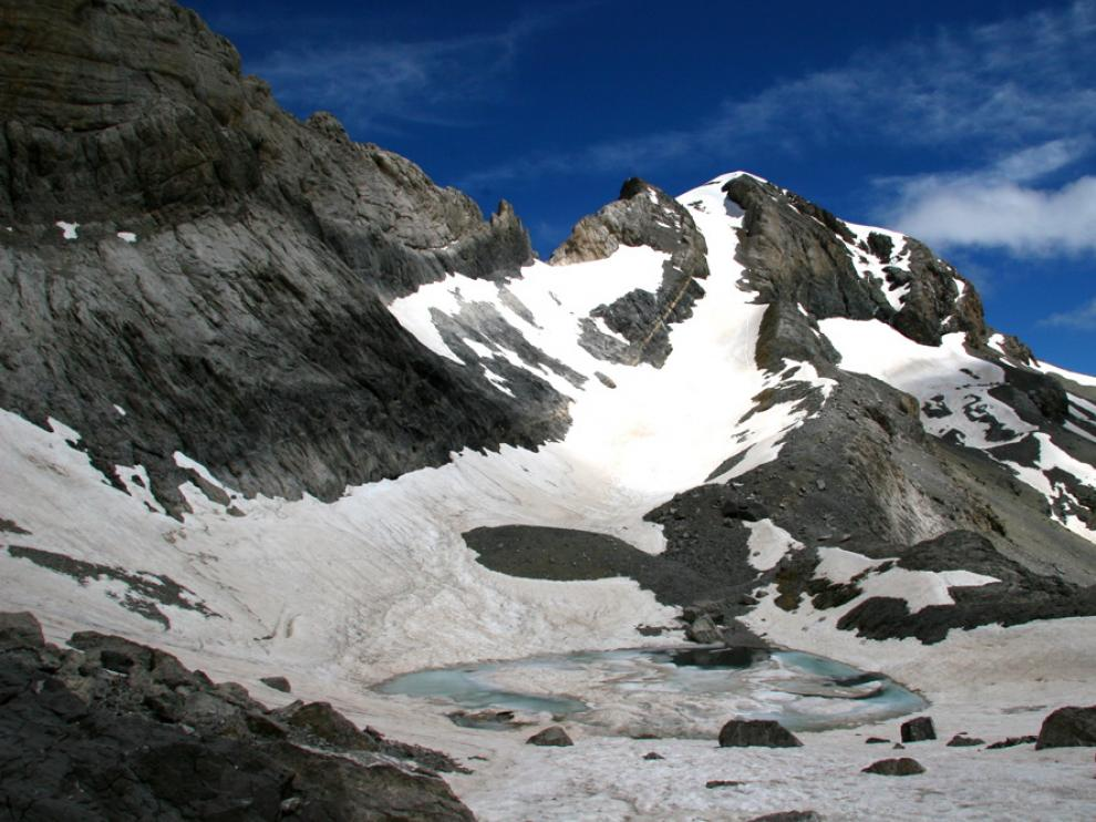 Monte Perdido, con La Escupidera en el centro de la imagen.