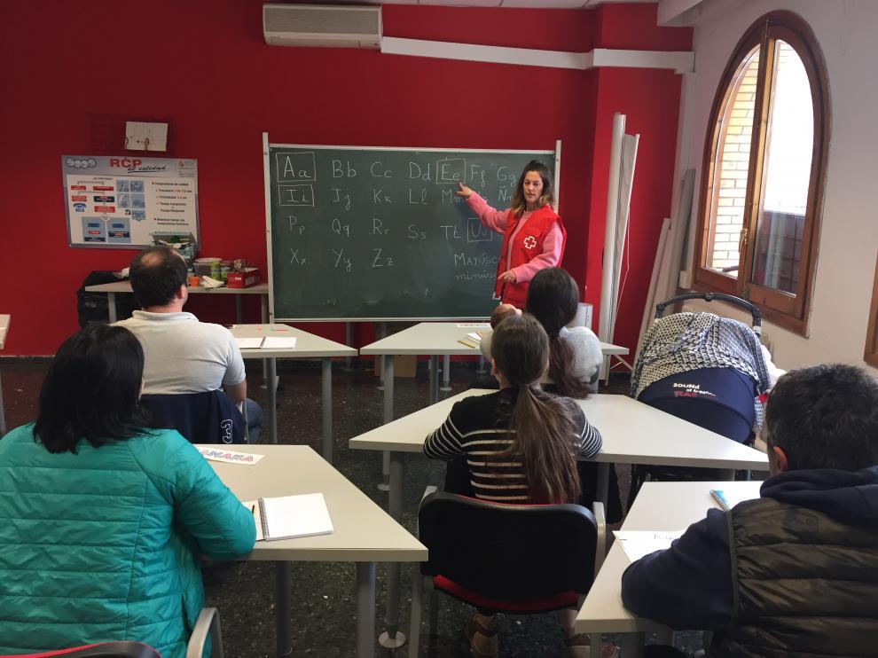 Una de las actividades de aprendizaje del idioma que imparte Cruz Roja a los refugiados