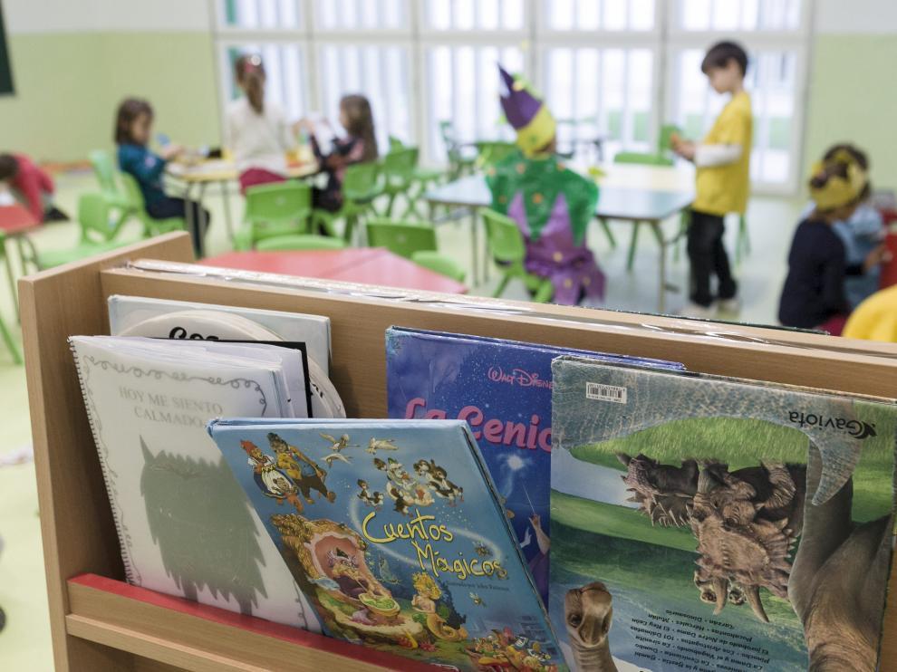 Niños jugando en un aula de un colegio público de infantil y primaria de Zaragoza.