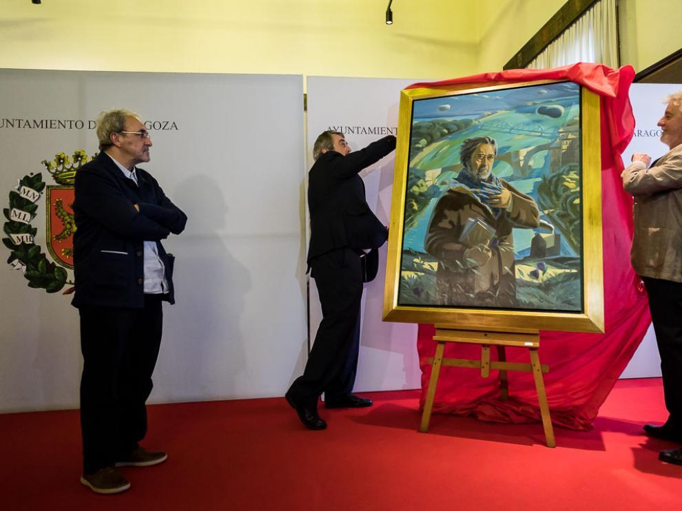 Belloch y Santisteve descubren el retrato del exalcalde socialista ante la mirada de Jorge Gay.