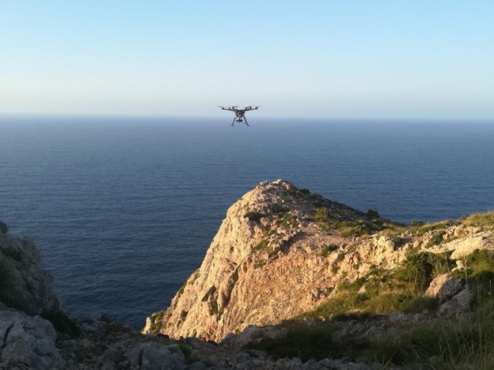En las labores de búsqueda de la avioneta también participaron drones.