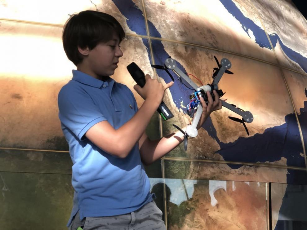 El joven Marcos Araújo, durante la presentación de su dron.