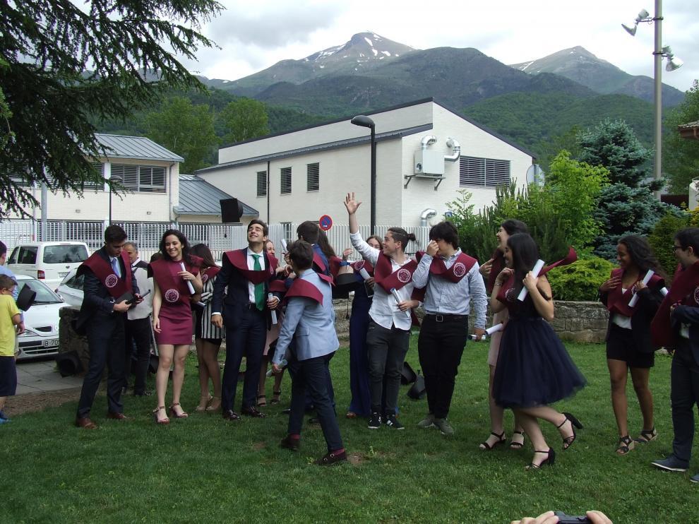 Estudiantes graduados en la primera promoción del IES de Castejón de Sos.