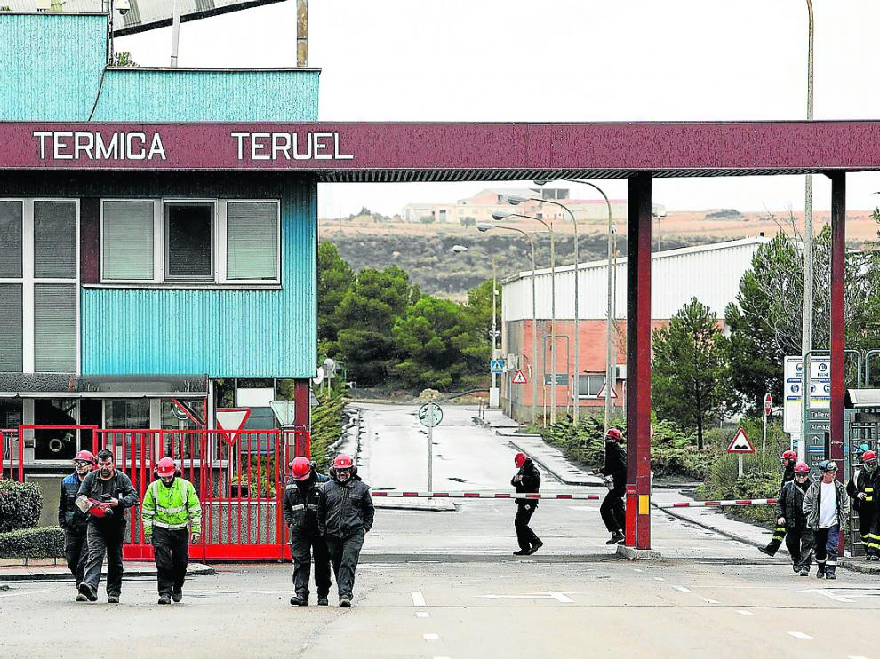 Trabajadores de la central de Endesa en Andorra abandonan la planta en un cambio de turno.
