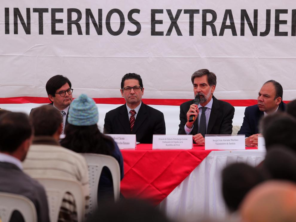 El embajador de España en Perú, Ernesto de Zulueta, y el ministro de Justicia peruano, Salvador de Heresi, en un acto previo a la repatriación.