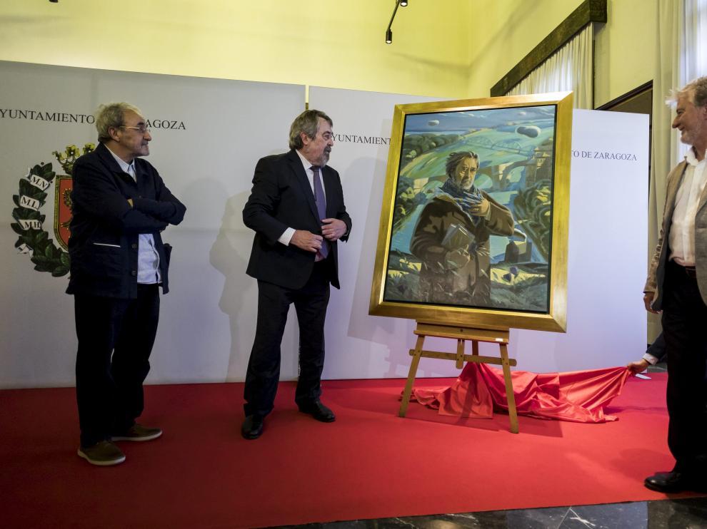 El exalcalde Belloch, ante su artístico espejo.