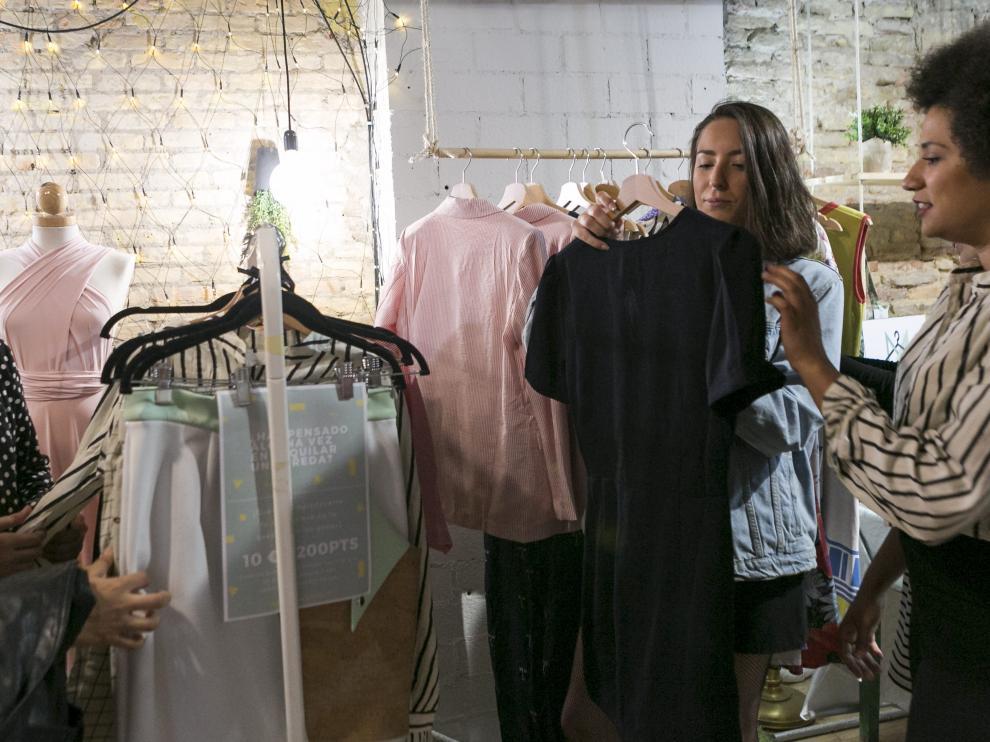 Taymir Faye –a la derecha– muestra algunas de las prendas de su Modateca.
