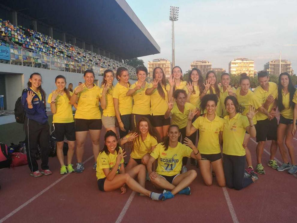 El equipo femenino del Scorpio celebra el cuarto puesto.