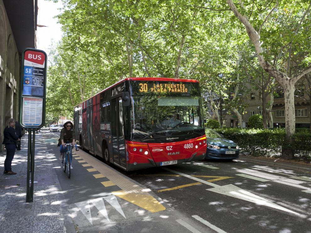 En el paseo de la Constitución coinciden carril bici, carril bus y calzada para el resto de vehículos.