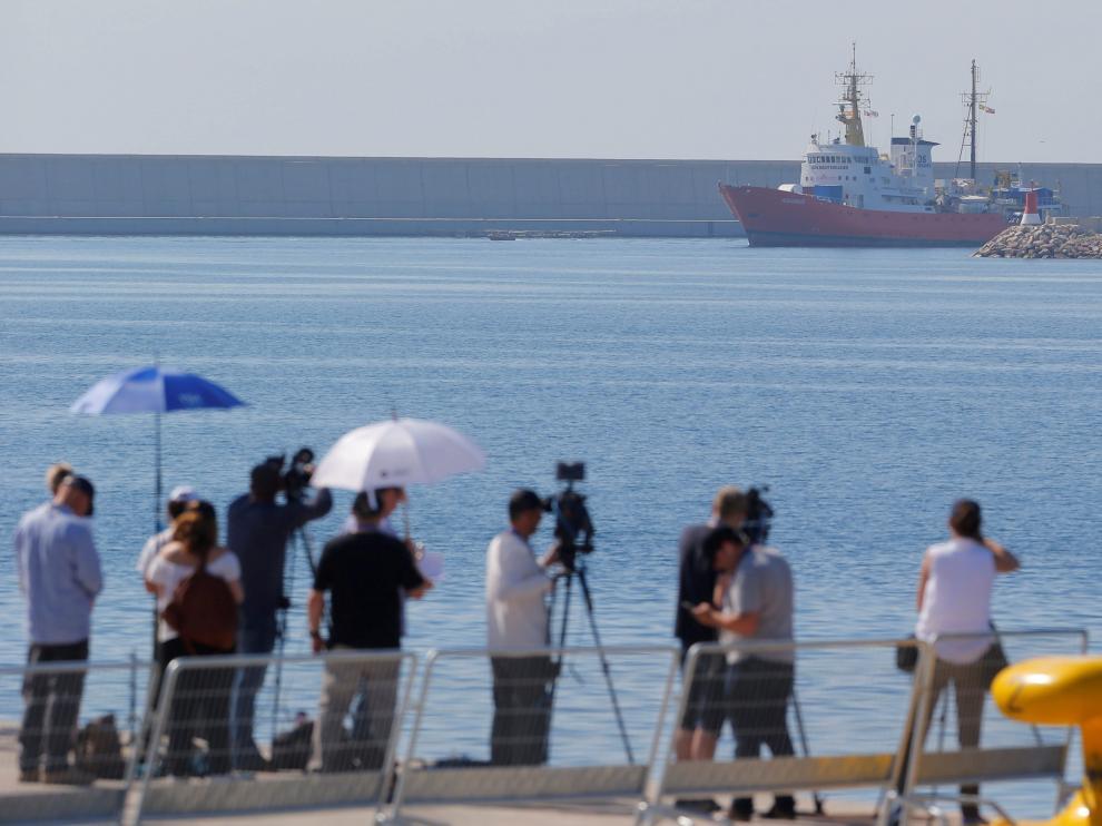 Un grupo de periodistas captando la llegada de los barcos a España.