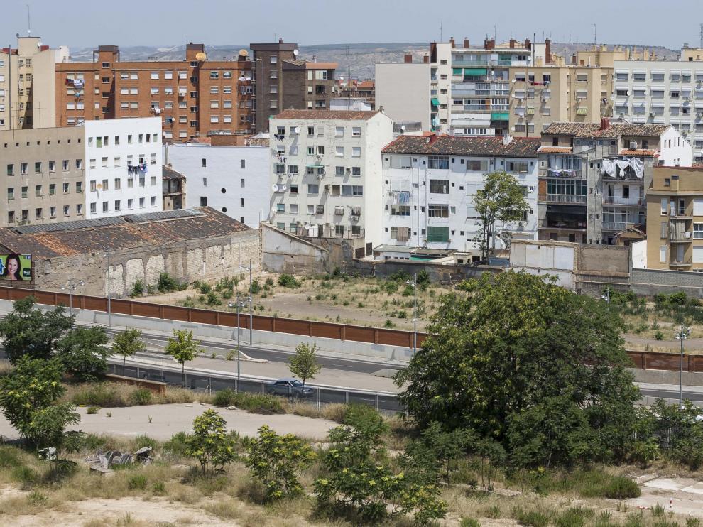 Parcela en la que se levantarán las viviendas, junto a la calle de Escrivá de Balaguer (en la imagen).
