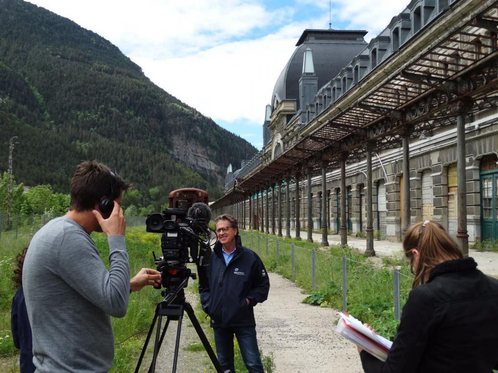 El arquitecto Joaquín Magrazo con el equipo de la televisión Discovery Channel que realiza una serie sobre edificios señalados de toda Europa.