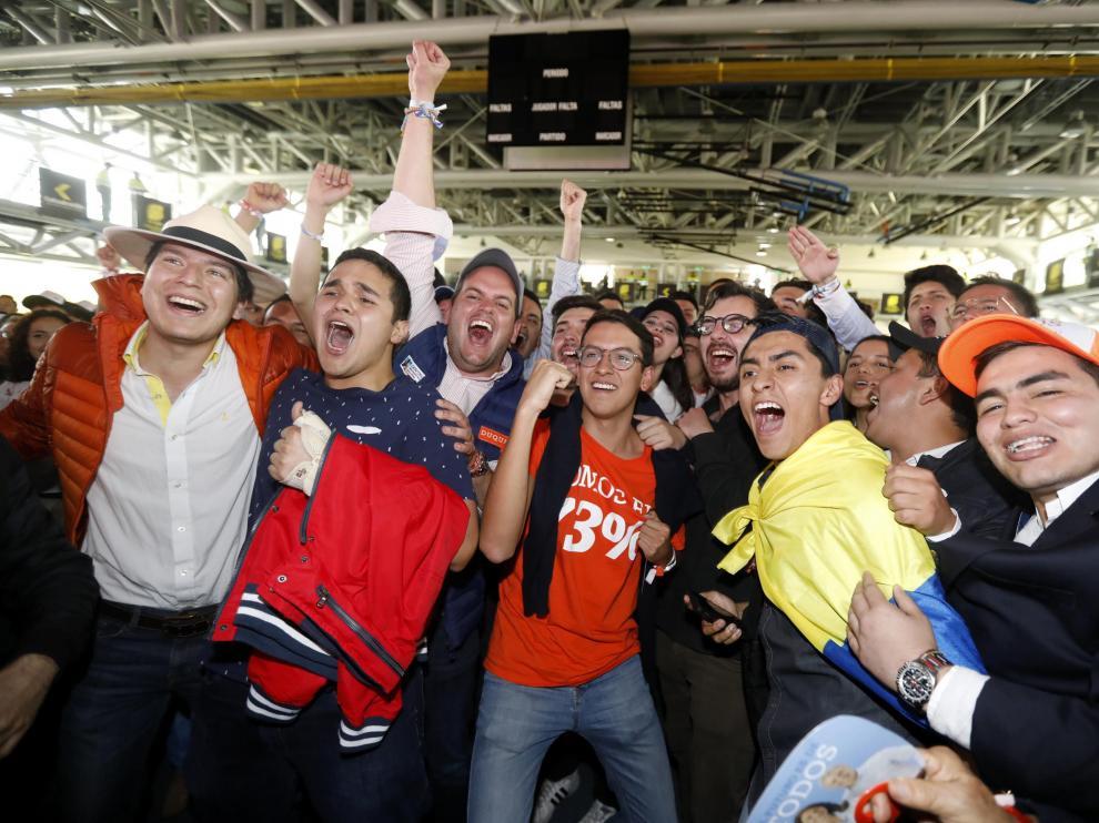Seguidores de Iván Duque celebran su victoria tras conocerse los resultados.