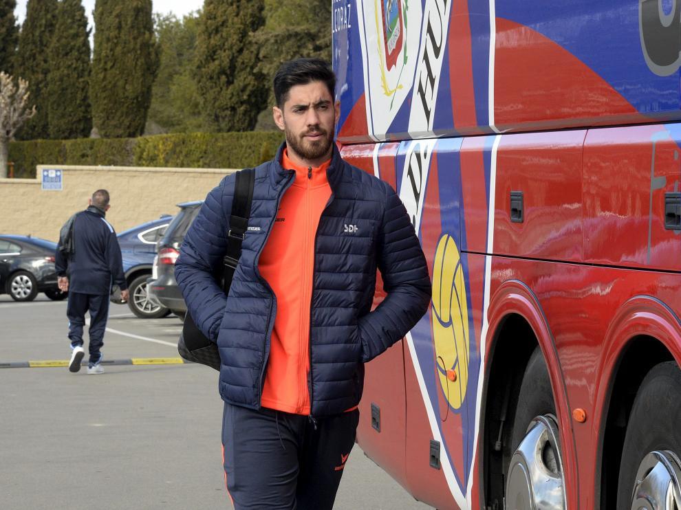 El portero Roberto Santamaría se dispone a subir al autobús para acometer un desplazamiento en este último ejercicio.